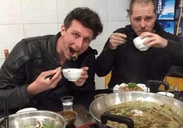 老外抱怨中餐吃不饱,看过他们的吃法后我笑了,能吃饱才怪
