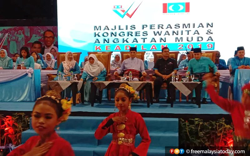Azmin arrives at PKR Wanita congress to rapturous applause