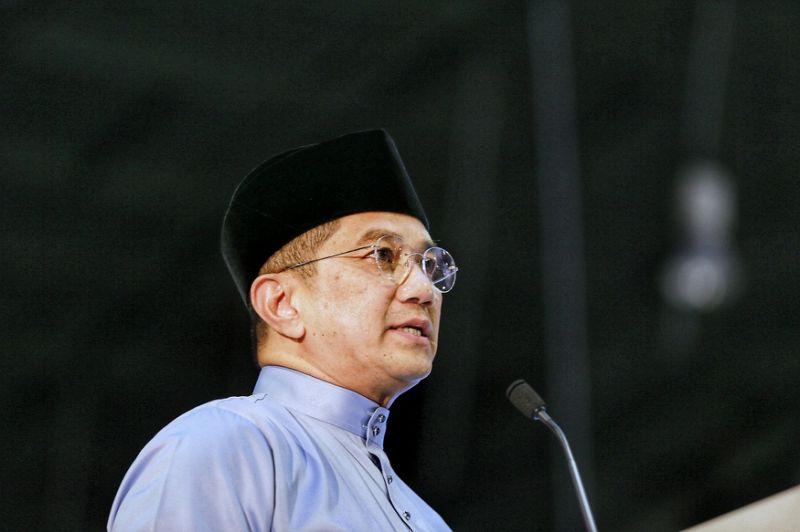 Azmin defends Anwar, calls ex-PKR researcher's claim mere gutter politics