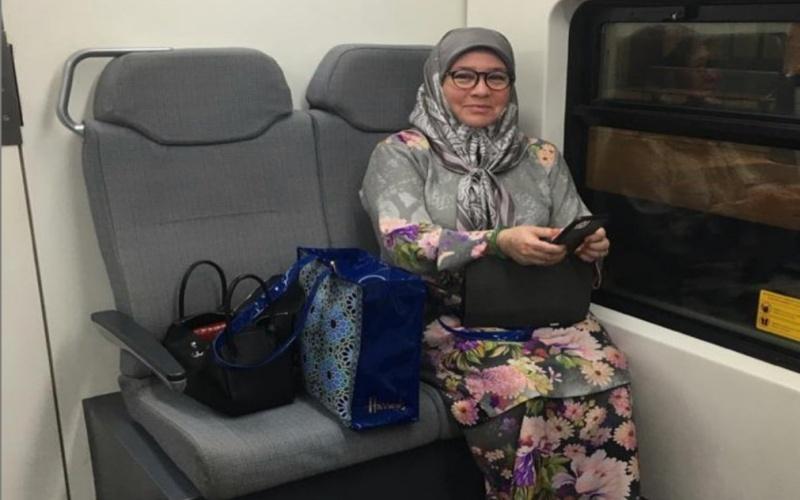 Tunku Azizah wins people's hearts again, rides KLIA Express train