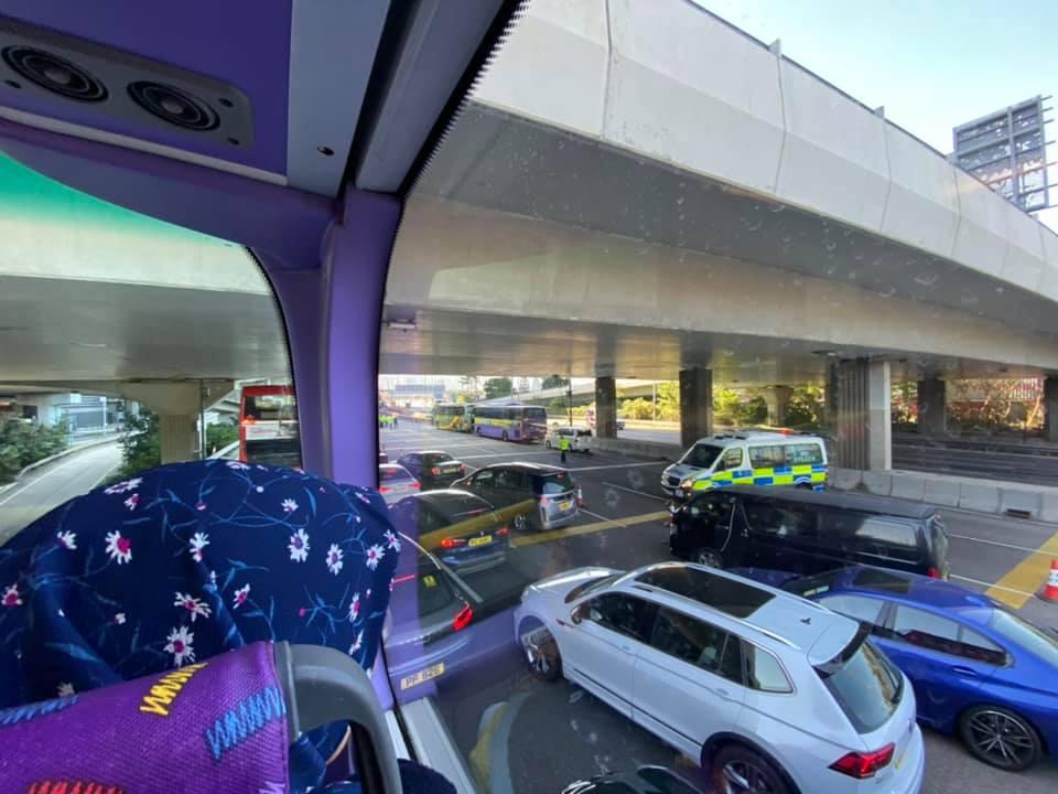 【修例风波】警多区设路障截查 西隧大挤塞