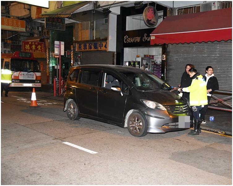 平治上海街打保龄连撞两车 司机逃去