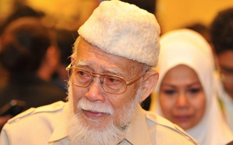 Wan Azizah's father dies