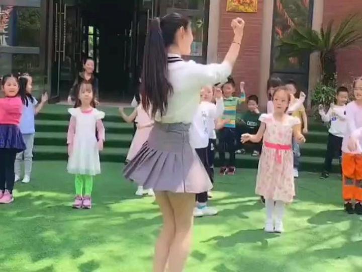 90后幼师穿裙子上课,家长声讨引热议,家长:裙子那么短干嘛?
