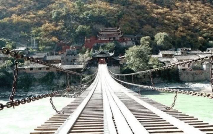 泸定桥13根铁链重40多吨,300年前是如何修建的?