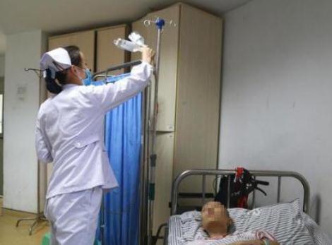 25岁男子爱上50岁富婆,结婚一年后住院5次,医生:没得救了