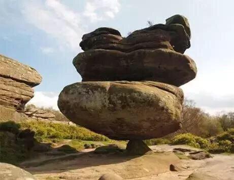 欧洲有一神奇怪石,夹在绝壁间千年不倒,游客还没站上去就腿软!