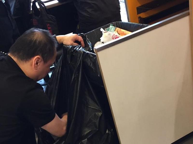 【维港会】帮食客摷垃圾桶搵八达通 快餐店职员获激赞