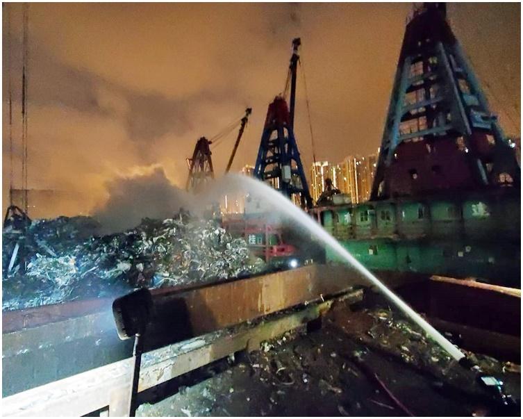 运载废料遗火种 油塘趸船起火消防扑熄