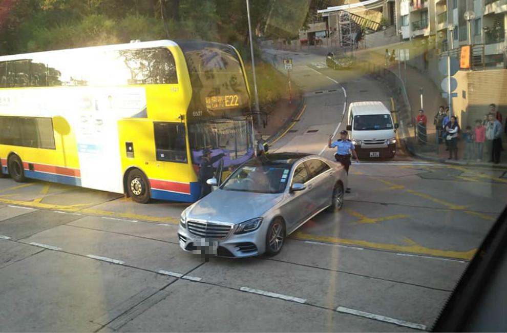 九龙塘歌和老街巴士与房车相撞