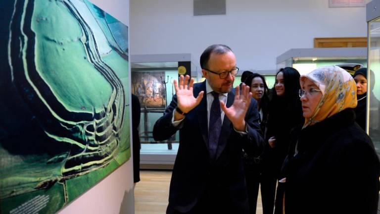 Queen visits British Museum
