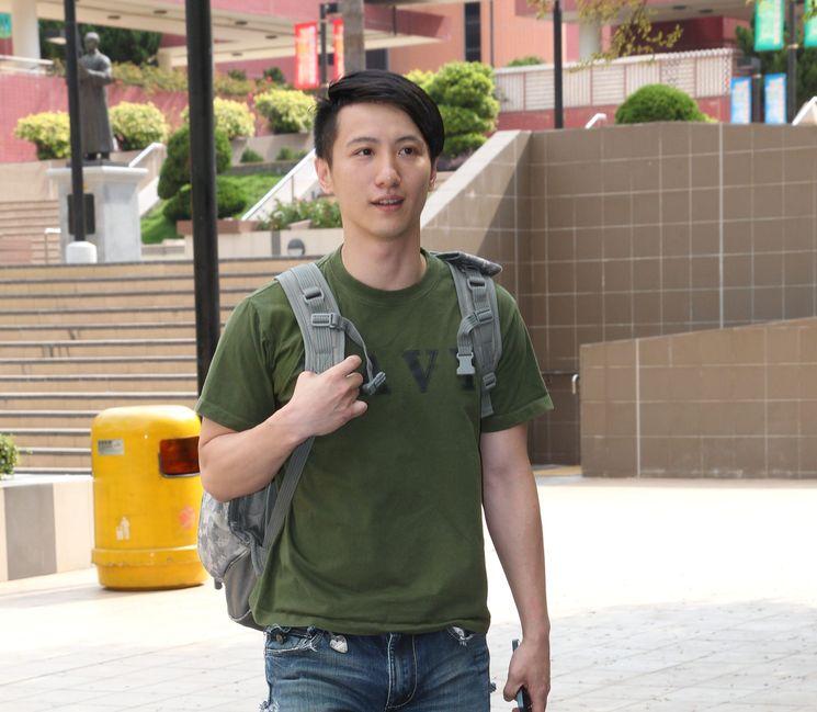 【维港会】周永恒跪拜警员影片曝光 高呼:阿sir我爱你呀