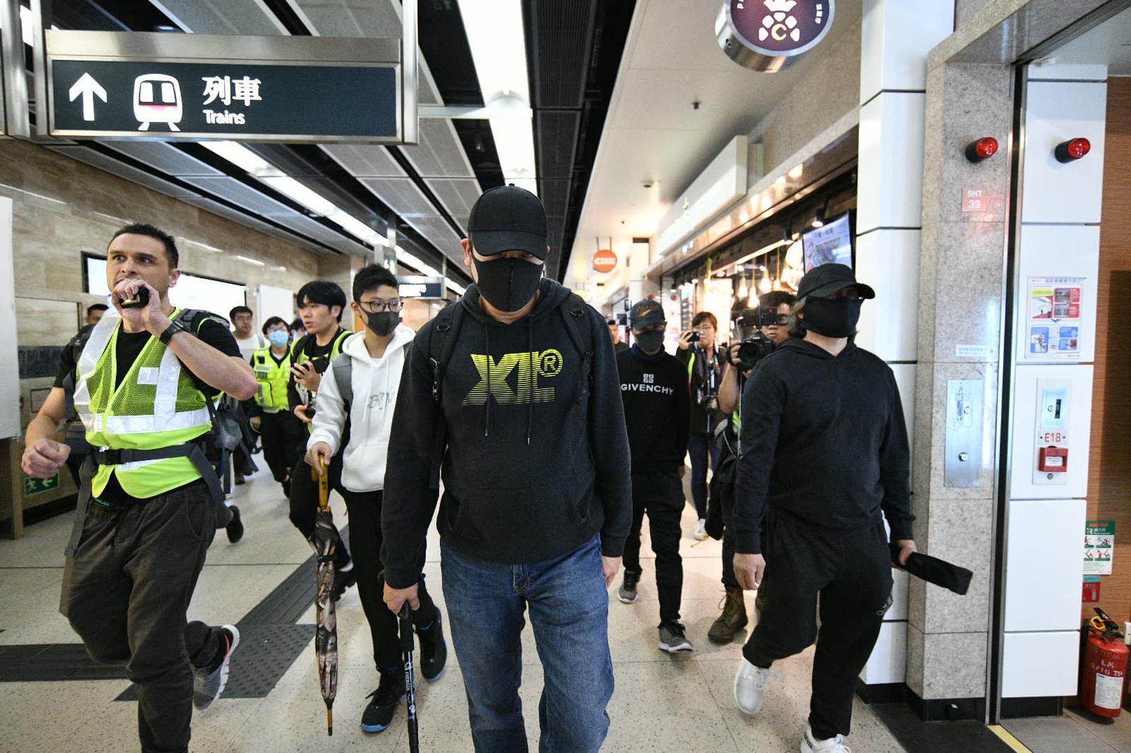 【和你Shop】沙田新城市有怀疑便衣警被包围 手持疑似伸缩警棍