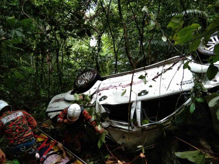 四驱车撞下山坡 72岁司机蒙受轻伤
