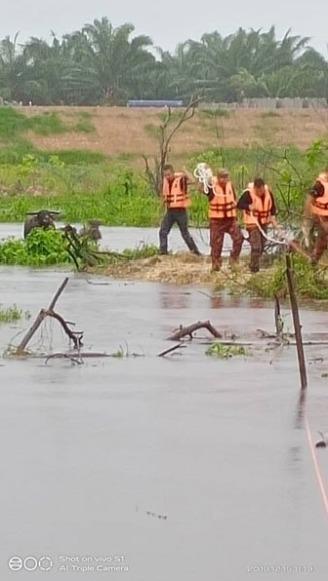 Heartwarming Photos Show Rescue Team Saving Helpless Pets During M'sian Flash Floods