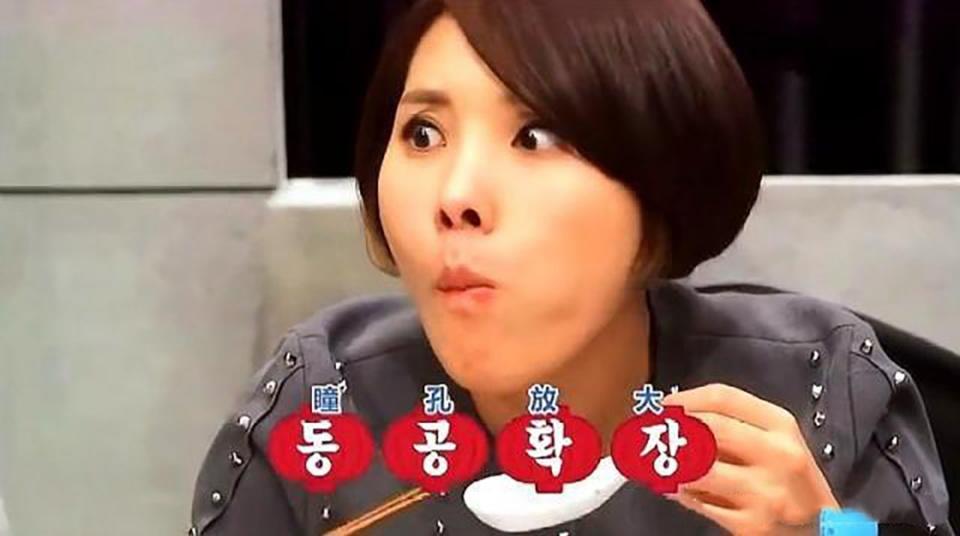 韩国评委质疑中国菜刀切不了生鱼片,吃到油泼鱼片后,好吃到哭!