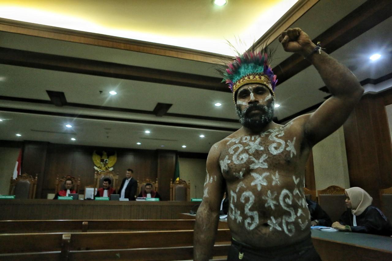 Papuan activists wear 'koteka' to court despite ban
