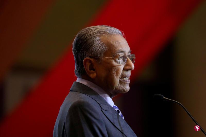 被暗指曾与阿兹拉狱外会面 马哈迪摇头微笑未正面回应