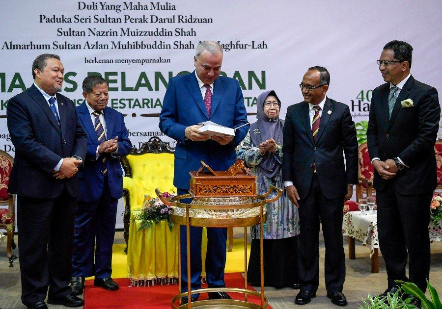 Perak Sultan praises boy who cares for turtles