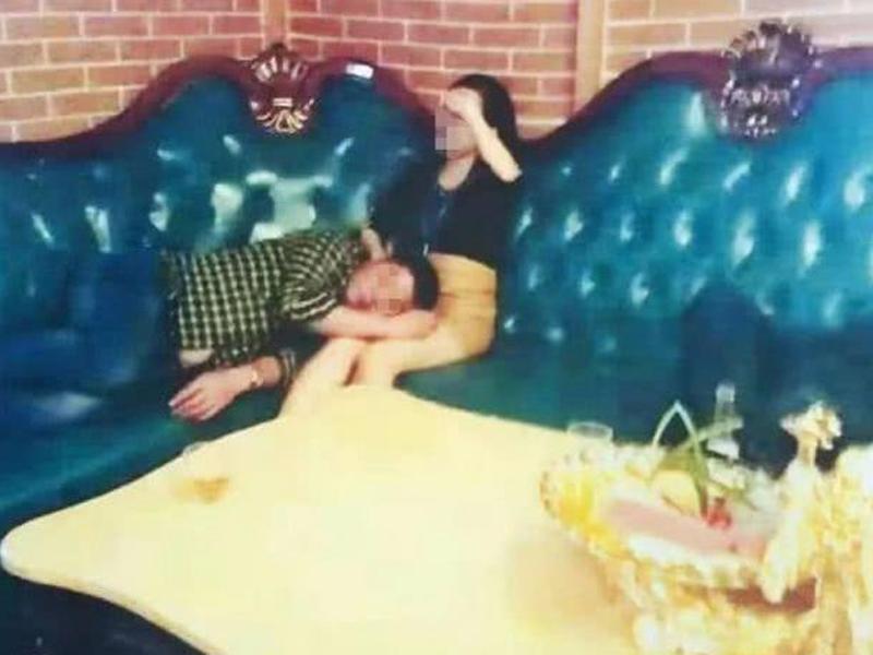 醉后躺陪酒女大腿 福州市村幹部遭停职称被人摆拍