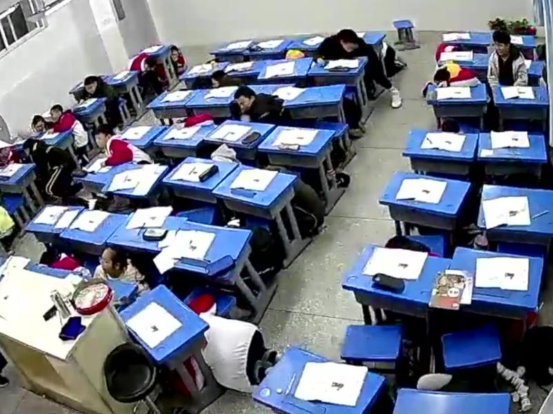四川内江市5.2级地震 震感强烈学生集体趴书桌底