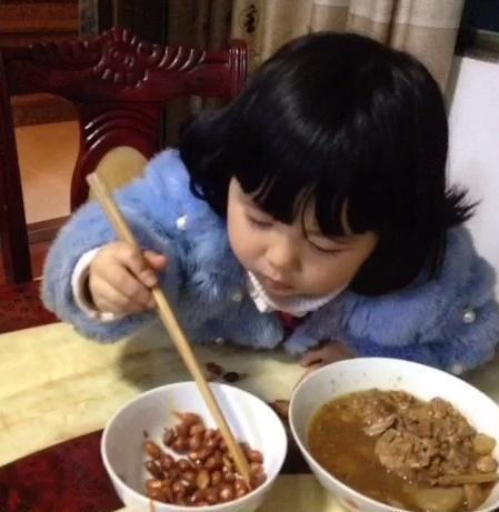 """老外吐槽:中国人拿筷子太""""雷人"""",却惨遭中国小朋友的""""打脸"""""""
