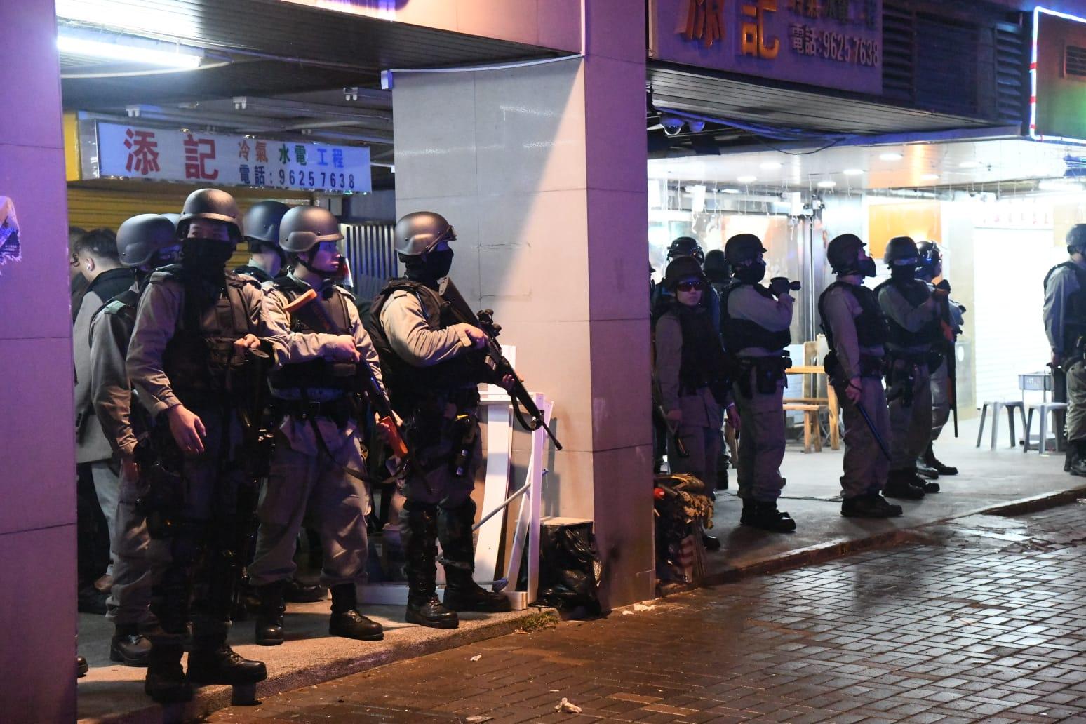 大埔枪击案现场人群指骂警察 警方举黑旗射催泪弹驱散