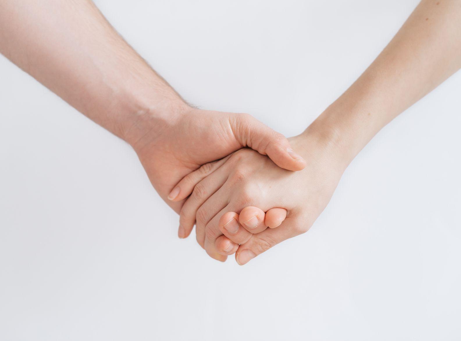 台女童陪同求诊紧握患癌母双手 医生暖心承诺感动网民