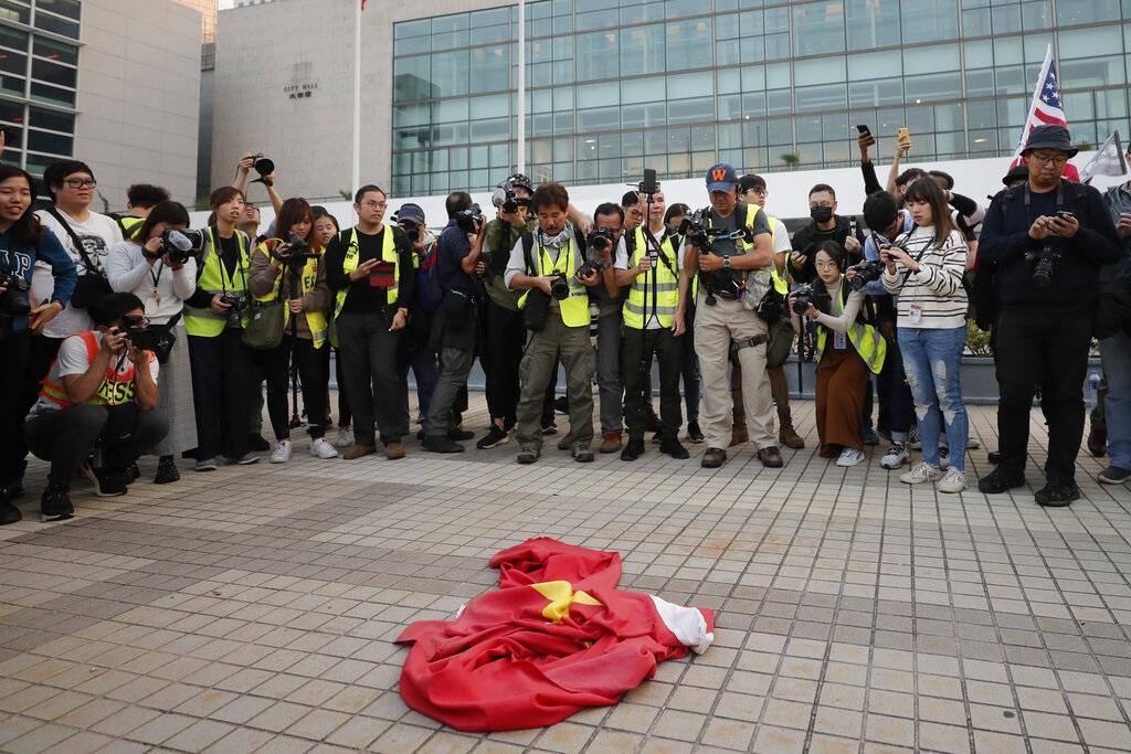 警方指中环示威者主动袭警酿混乱 批有人故意协助罪犯