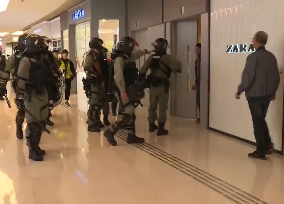 警民碰撞讲「唔该借歪」可解决 警:有记者拒后退需挥棍