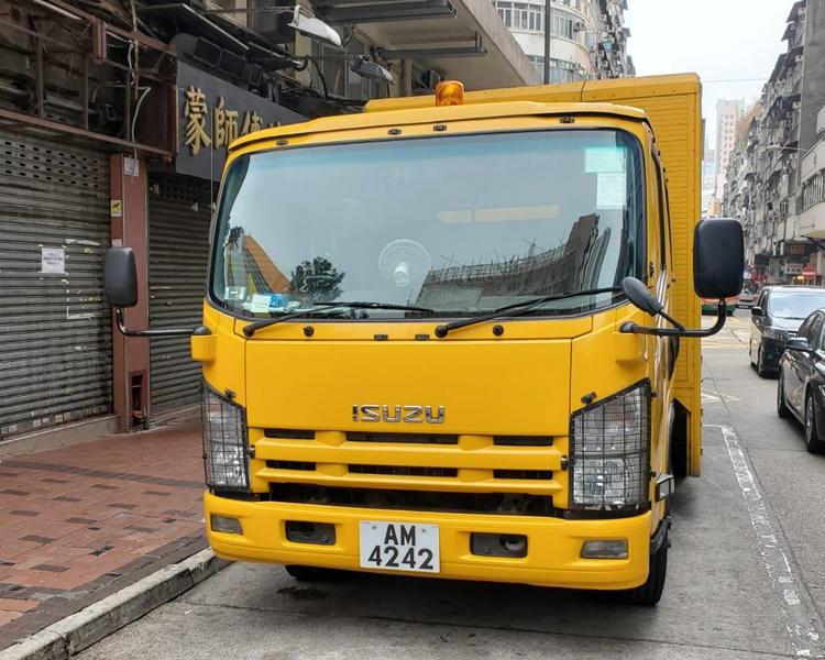 食环署车上海街遭人扔水樽