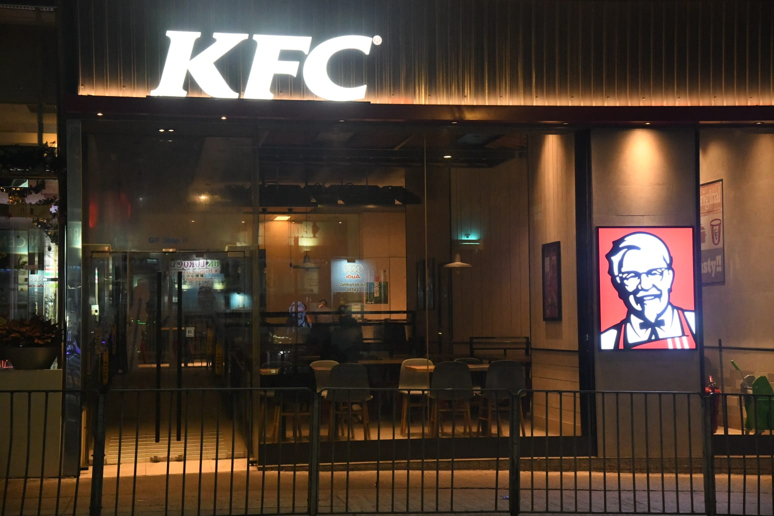 两男持刀劫火炭KFC 抢走3.7万现金