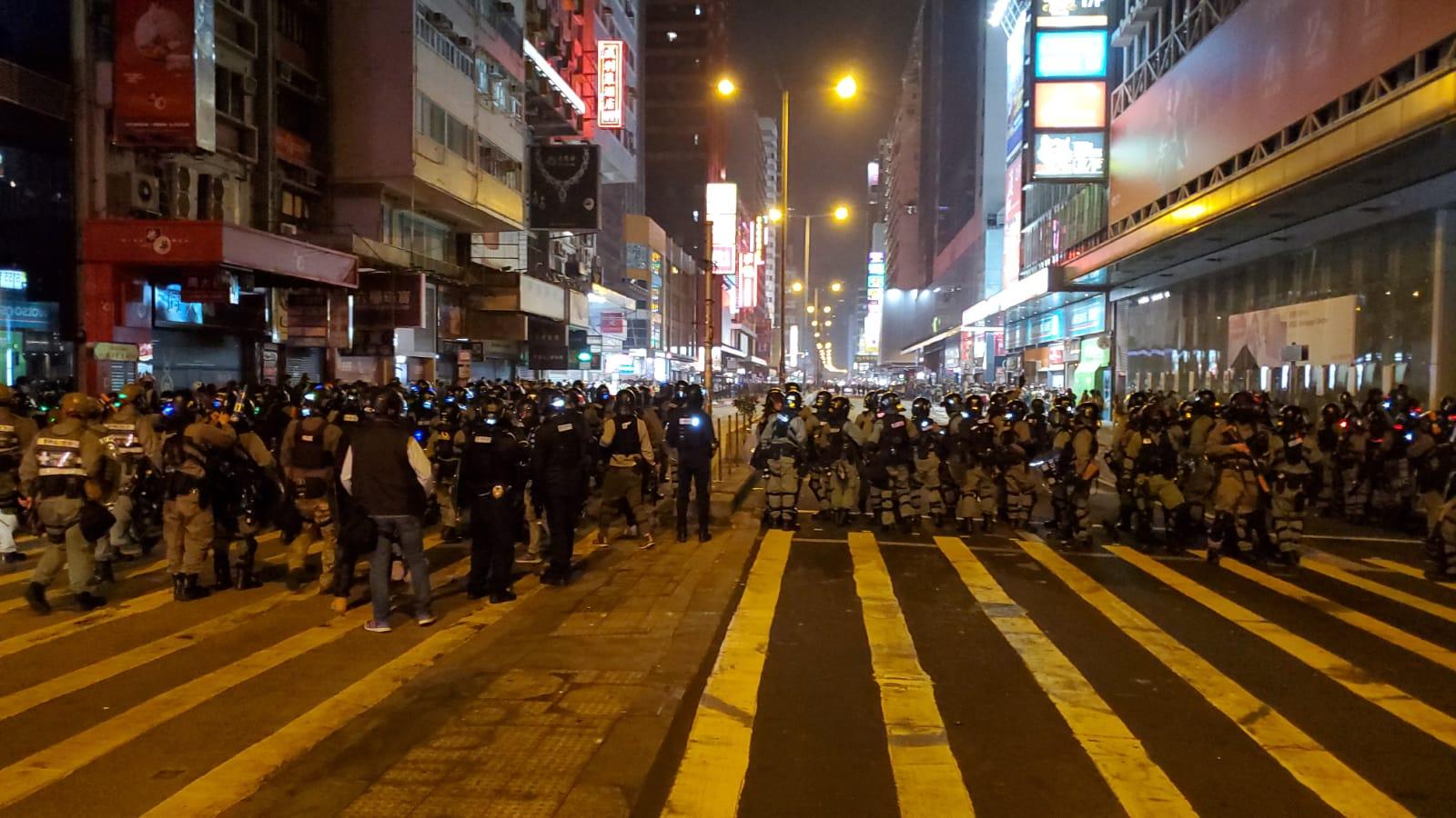 示威者旺角纵火 防暴警到场推进