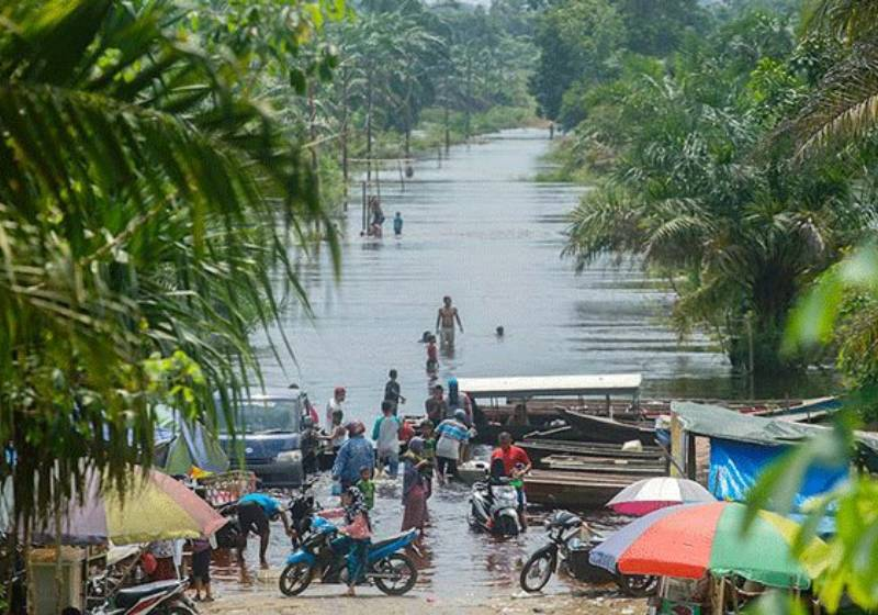 Flooded Indonesian village draws in hundreds of tourists