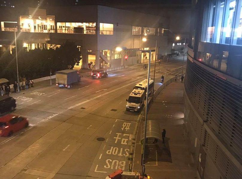 【修例风波】网民拟屯门V city聚集促交代 警车商场外戒备