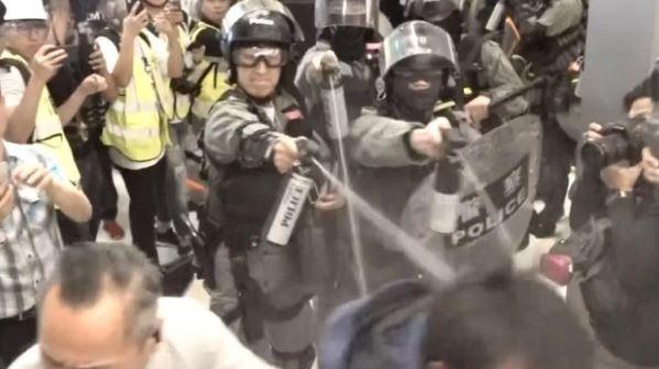 香港示威者商场聚集闹事 警方使用胡椒喷剂和警棍驱散人群