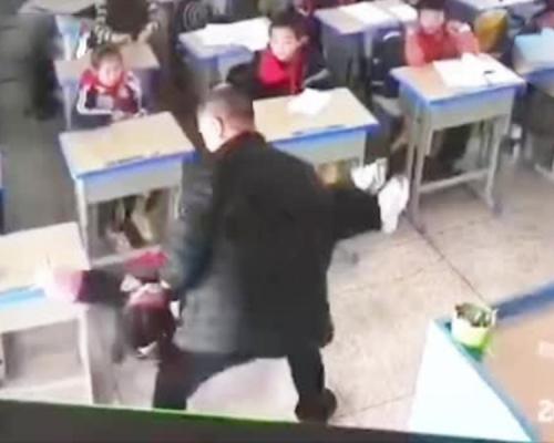 抽打、拧脸、倒抱!浙江老师体罚女生被停职