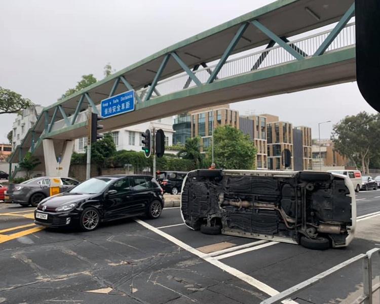 窝打老道两车相撞私家车翻侧 交通大塞