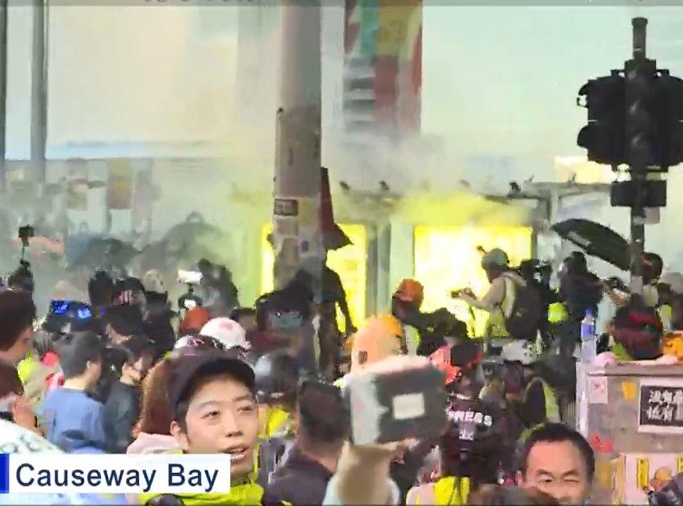 【元旦游行】示威者铜锣湾聚集 警崇光外举黑旗射催泪弹