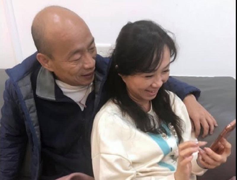 韩国瑜贴合照放闪 破与妻子不和传闻