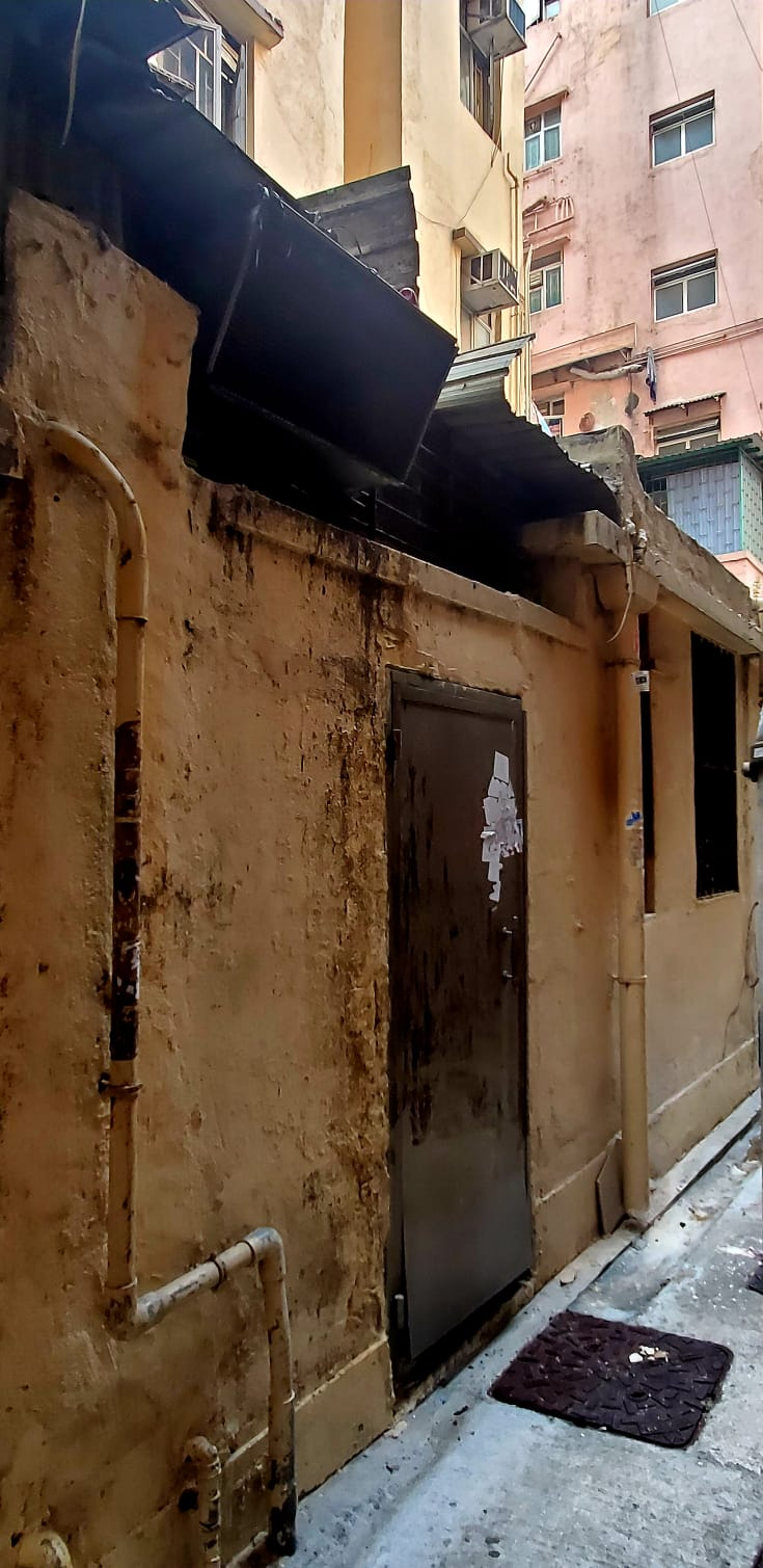 爬后巷围墙撬檐篷潜入 油麻地机铺遭贼人爆窃