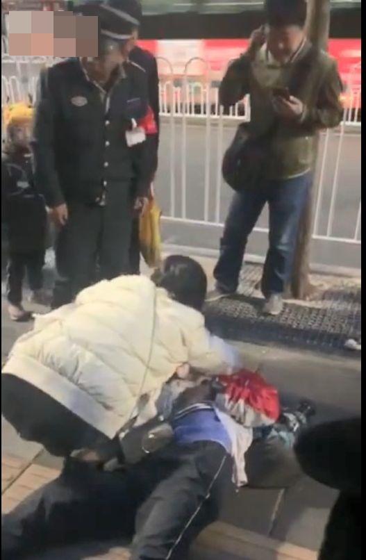 少年街头昏迷险猝死 云南护士跪地救人揭励志故事