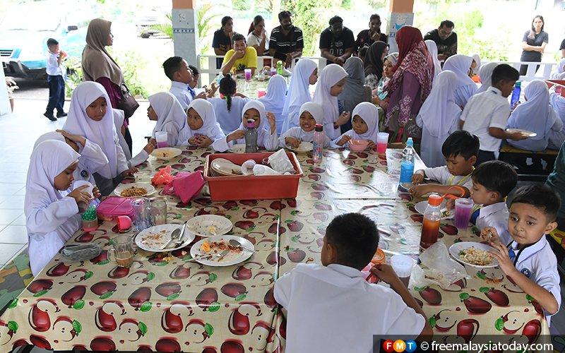 Will pupils get free breakfast or not, says Najib