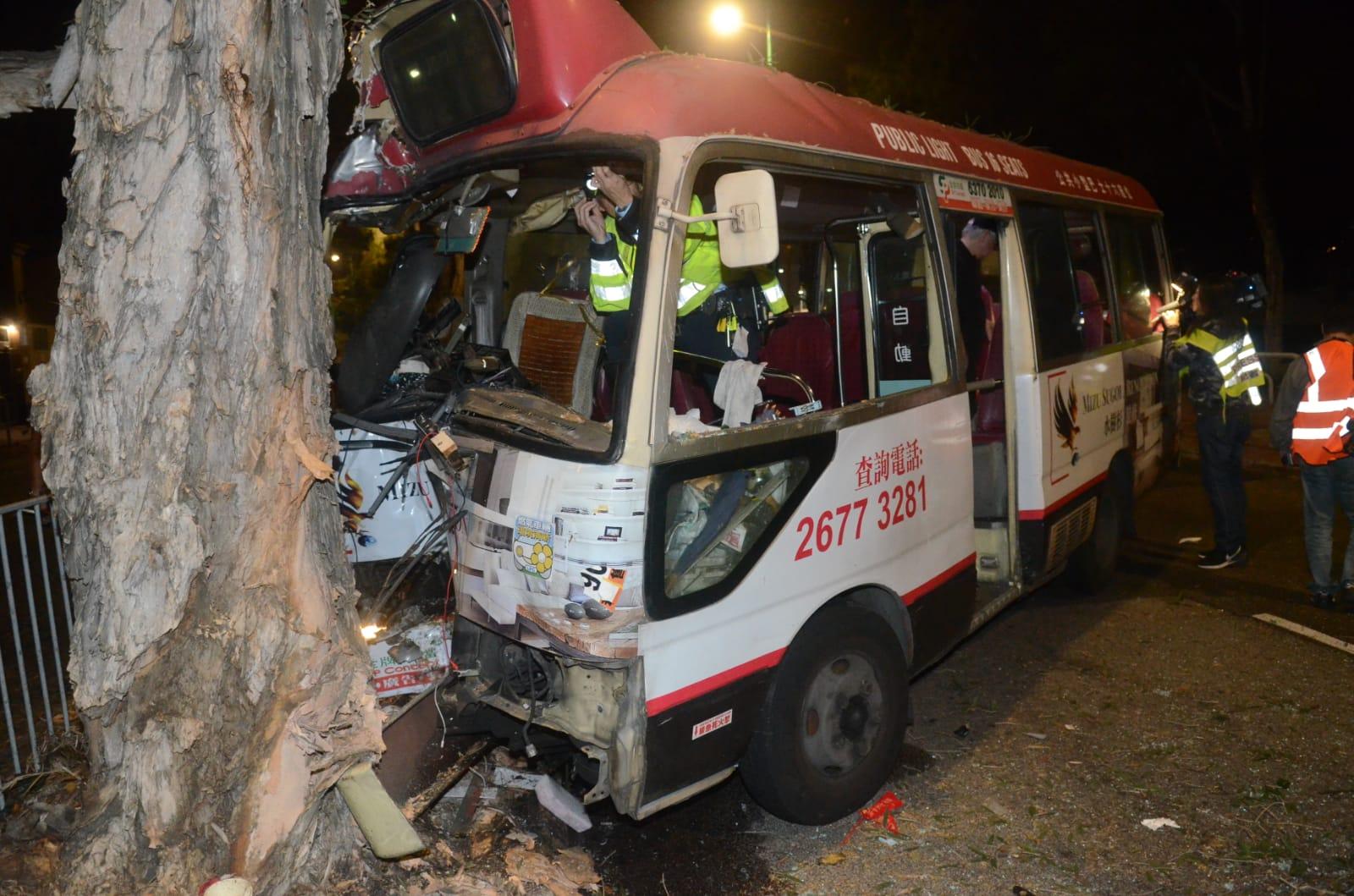 红Van撞树四人伤 司机称闪避花猫