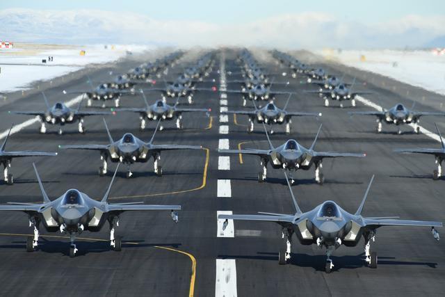 超级大国开始秀肌肉!数十架隐身战机倾巢而出,机场战意浓浓