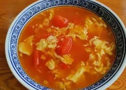 做西红柿鸡蛋汤时,先炒西红柿还是放水?大多数人做错难怪不鲜