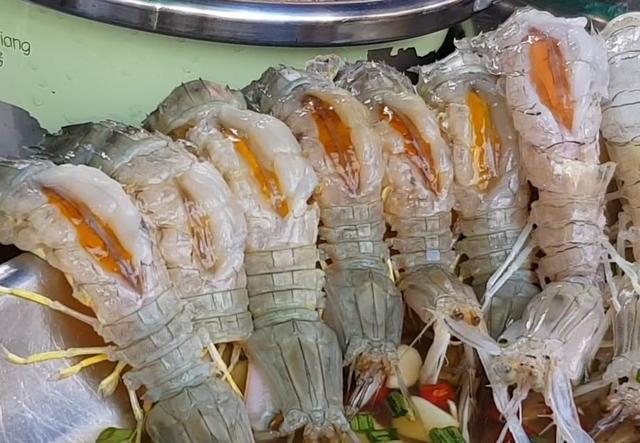 大妈路边卖这样的皮皮虾,一斤60块,每天卖完80斤就回家