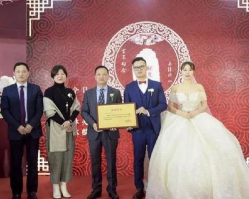 富二代结婚仅摆四围 新郎哥悭百万捐慈善机构