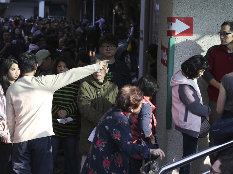 【台湾大选】选民涌往投票大排长龙 排近句钟投票