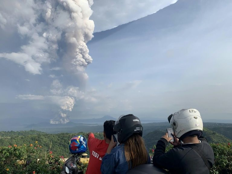 Thousands evacuate as philippine volcano rumbles